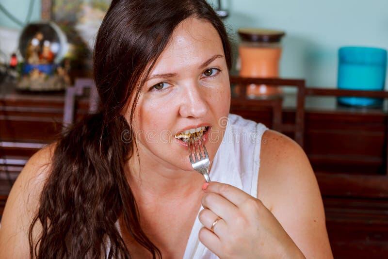 Una giovane donna cenando ad un ristorante immagini stock libere da diritti