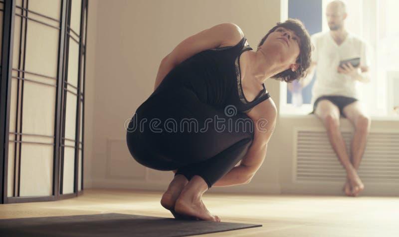 Una giovane donna che esegue yoga-asanas fotografia stock