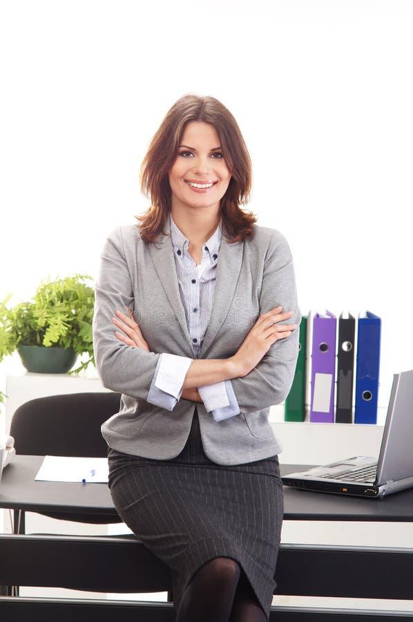 Una giovane donna di affari che propone in vestiti convenzionali immagine stock