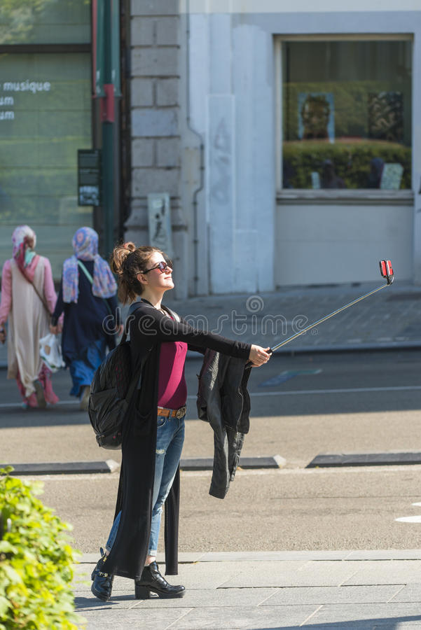 Una giovane donna fa un autoritratto fotografie stock libere da diritti
