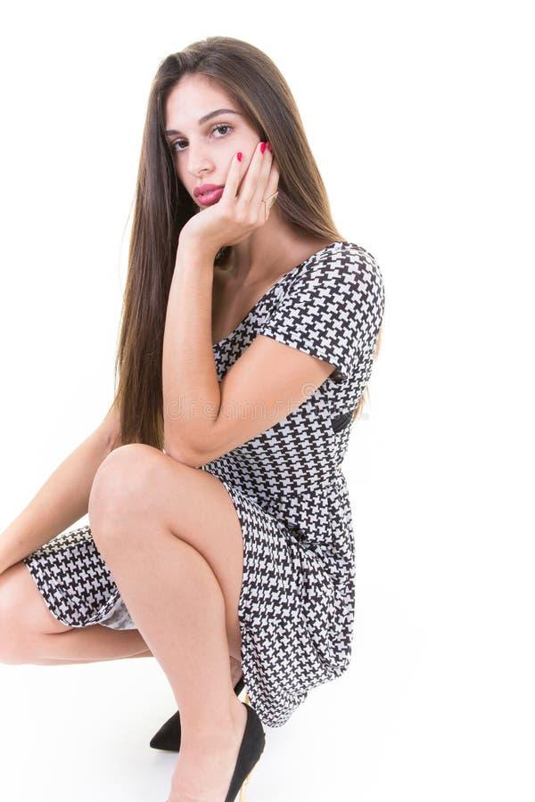 Una giovane donna occupante in vestito da modo fotografia stock