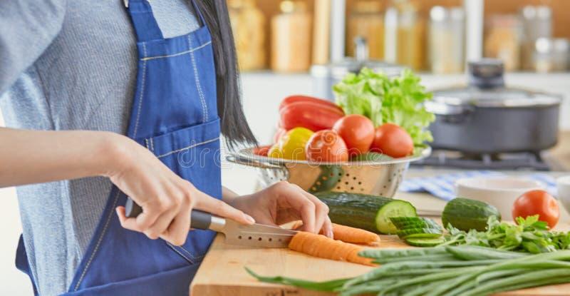 Una giovane donna prepara l'alimento nella cucina Alimento sano - insalata di verdure Dieta Il concetto della dieta Stile di vita immagini stock