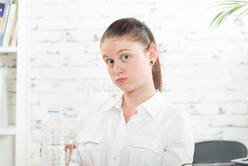 Una giovane donna soffre del calore fotografia stock