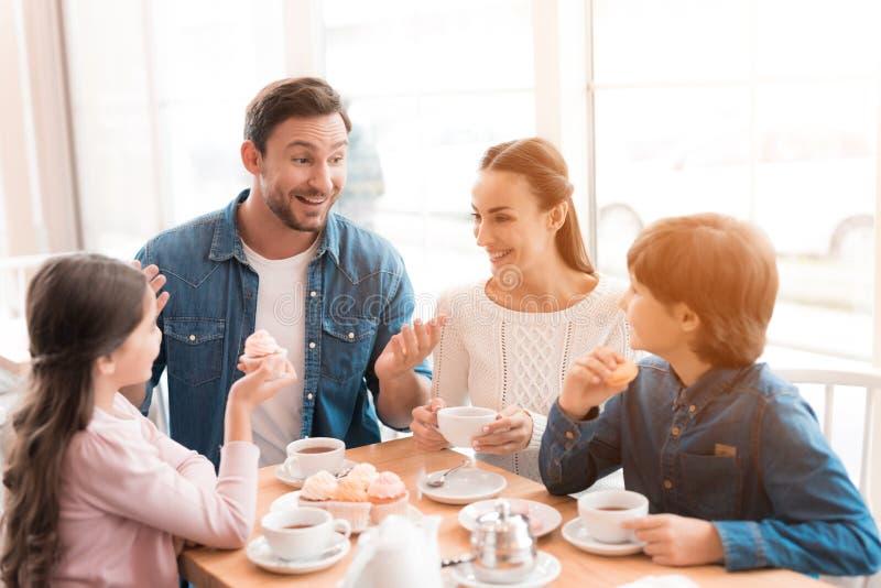 Una giovane famiglia è venuto insieme in un caffè immagine stock