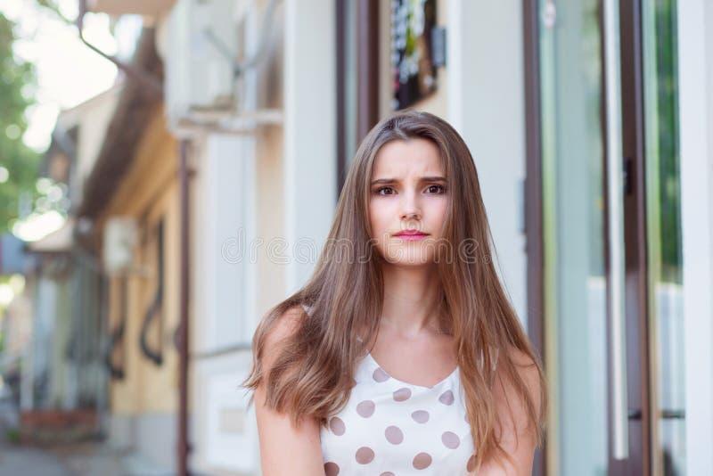 Una giovane femmina adulta sta guardando con un'espressione arrabbiata fotografia stock libera da diritti