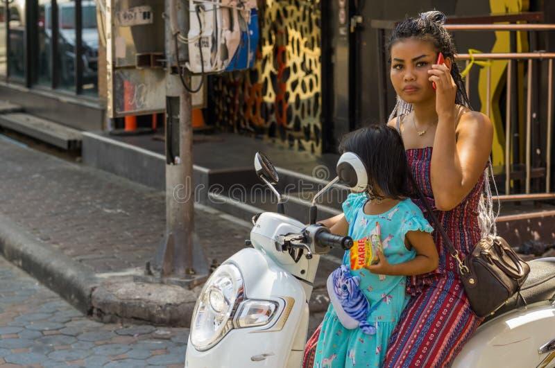 Una giovane madre tailandese ha avuta una chiamata immagine stock libera da diritti