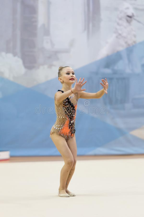 Una giovane ragazza dell'adolescente esegue ai concorsi in ginnastica ritmica immagini stock