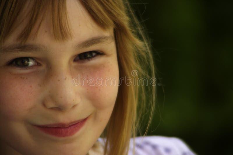 Una giovane ragazza sorridente fotografia stock libera da diritti