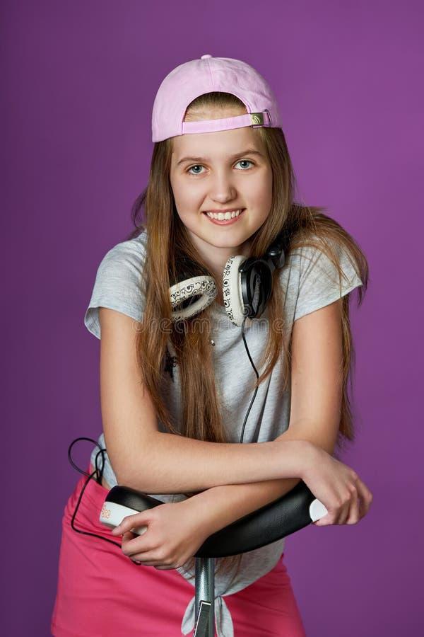 Una giovane ragazza teenager intelligente ama gli sport ragazza sportiva in un berretto da baseball fotografie stock