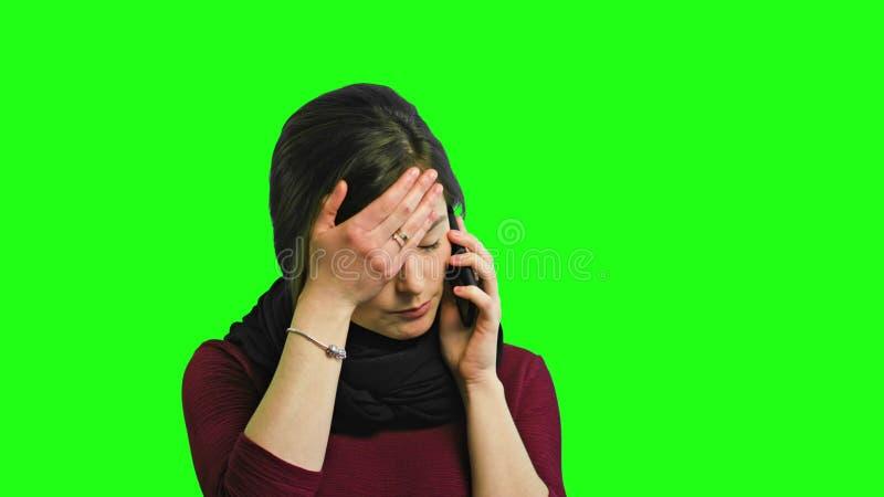 Una giovane signora arrabbiata Talking sul telefono immagini stock libere da diritti
