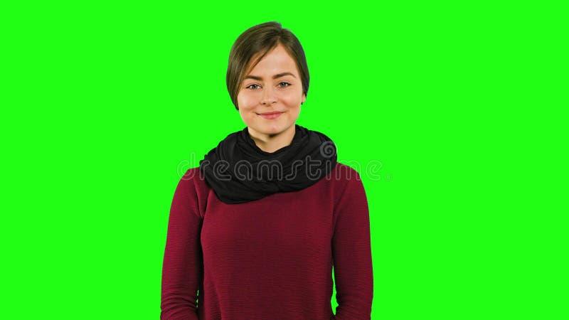 Una giovane signora Smiling ed evitarla occhi fotografia stock libera da diritti