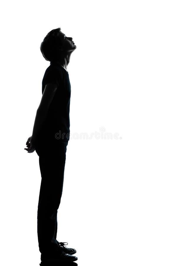 Una giovane siluetta del ragazzo o della ragazza dell'adolescente fotografia stock