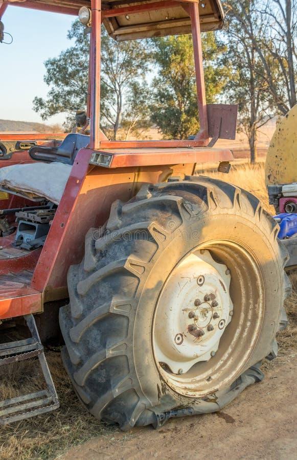 Una gomma a terra su un grande trattore fotografia stock