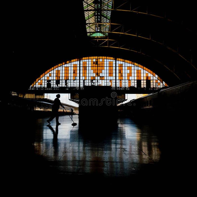 Una governante alla stazione ferroviaria principale fotografie stock