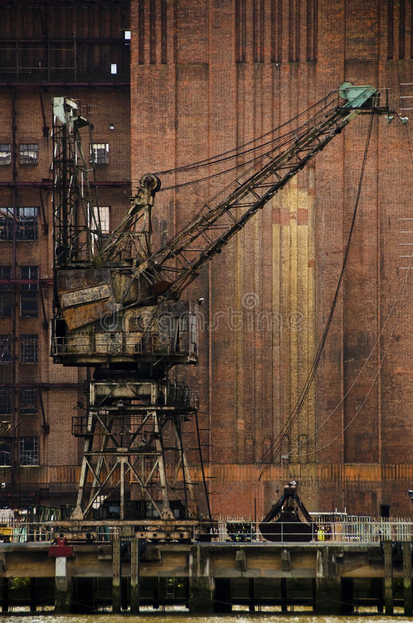 Una grúa oxidada fotografía de archivo libre de regalías