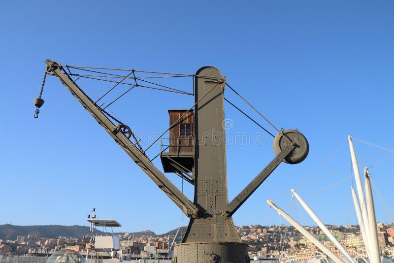 Una grúa vieja para los buques de carga cargados dentro del puerto antiguo de Génova imagen de archivo libre de regalías