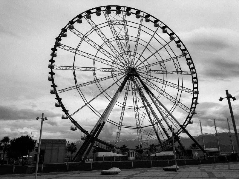 Una grande bella ruota panoramica rotonda, una piattaforma panoramica in un parco su una stazione turistica estiva calda del mare fotografie stock