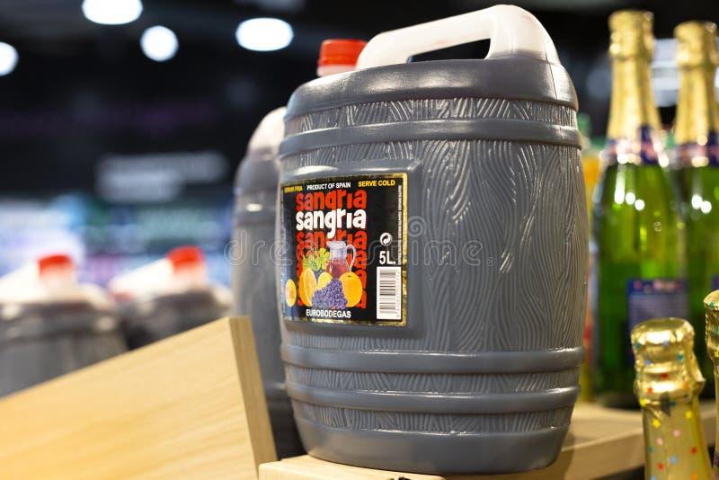 Una grande bottiglia di plastica di 5 figliate della sangria spagnola tradizionale del vino rosso sullo scaffale del negozio a Ba fotografie stock libere da diritti