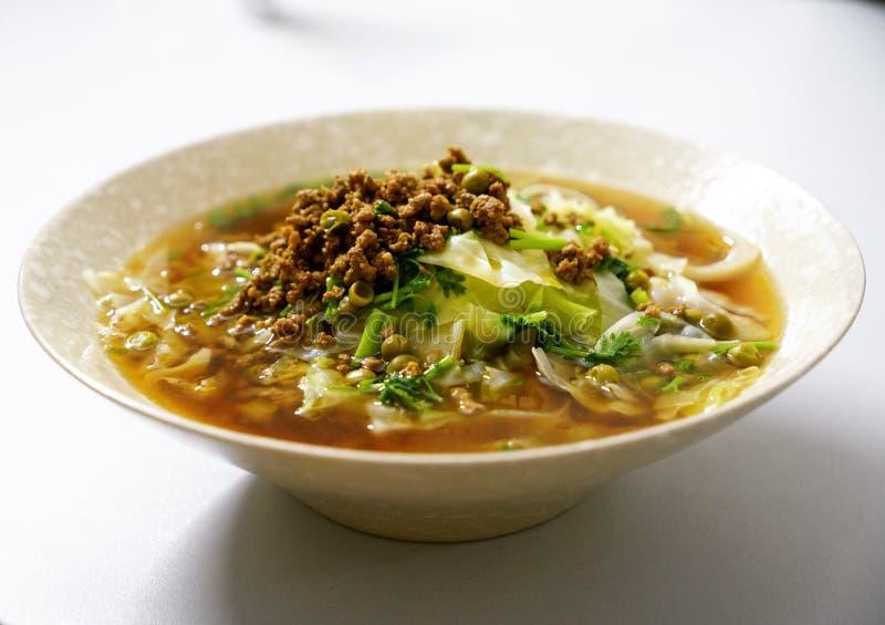 Una grande ciotola di tagliatelle, alimento cinese immagine stock
