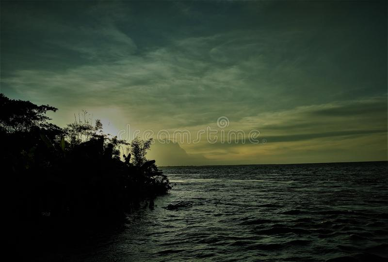 Una grande corrente di acqua naturale fotografie stock