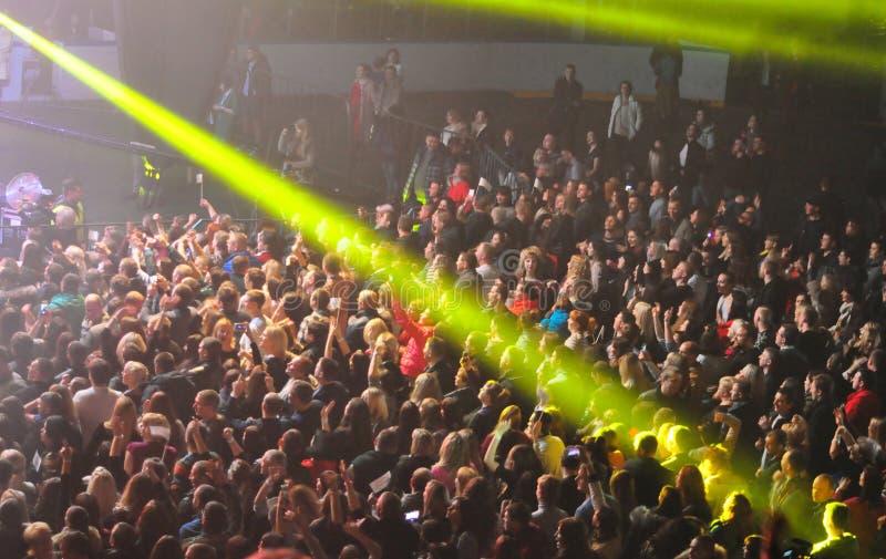 Una grande folla della gente ad un concerto al sole fotografia stock
