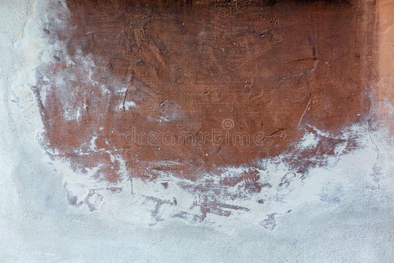 Una grande macchia marrone sulla vecchia parete bianca del cemento Posto per testo, copyspace fotografia stock libera da diritti