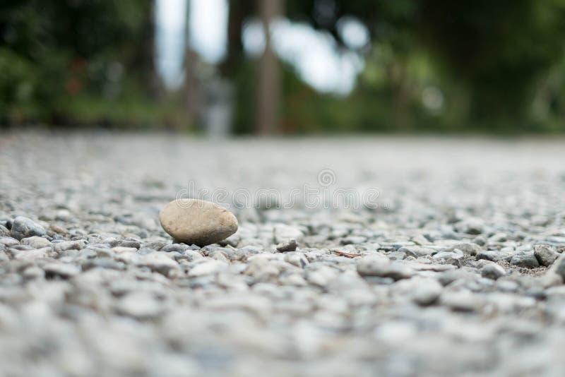 Una grande pietra disposta su una piccola roccia in natura fotografia stock