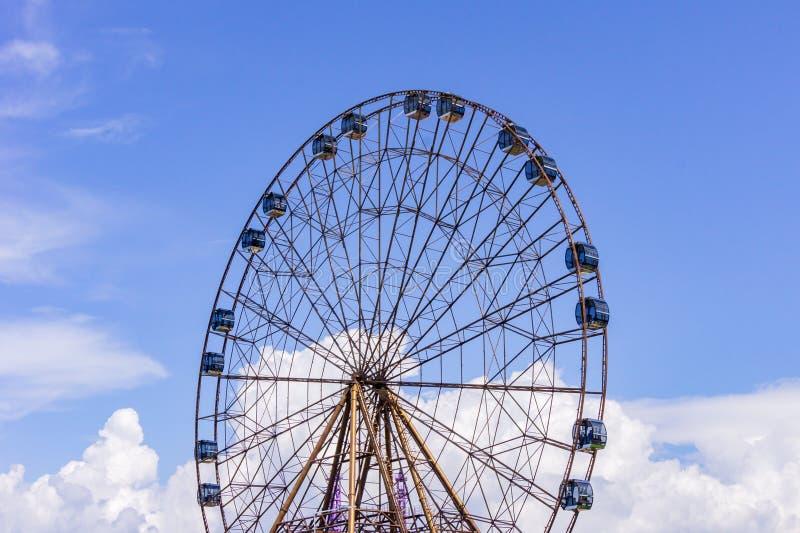 Una grande ruota di ferri di atraktsion sullo sfondo di un bellissimo cielo blu con nuvole fotografie stock libere da diritti