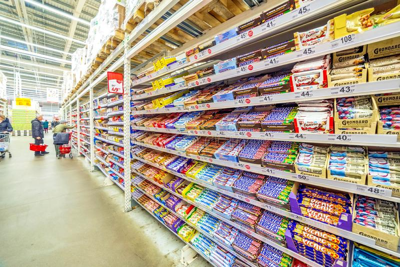 una grande selezione delle barre di cioccolato sullo scaffale nel supermercato fotografie stock