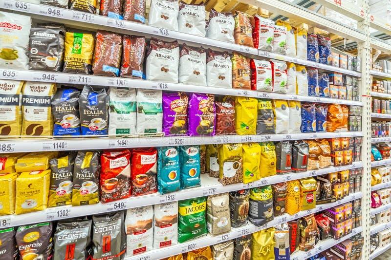 Una grande selezione dello scaffale differente del caffè nel supermercato fotografie stock