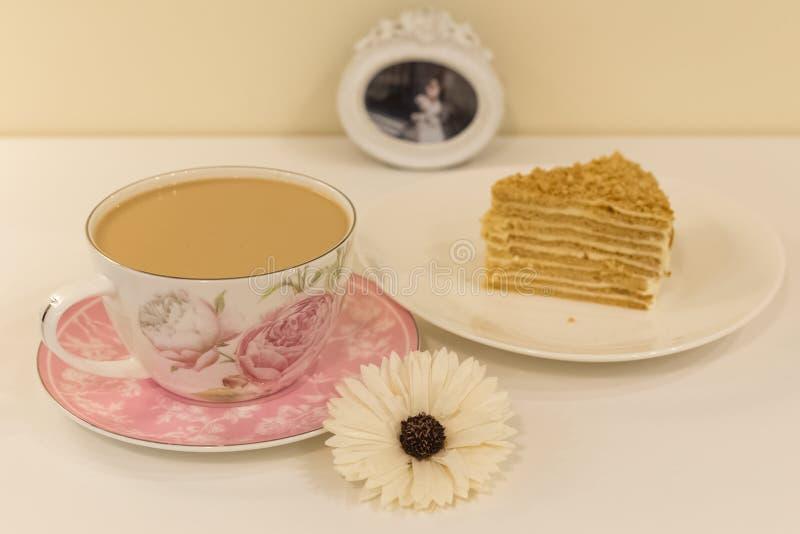 Una grande tazza di caffè con latte ed il dessert fotografia stock libera da diritti