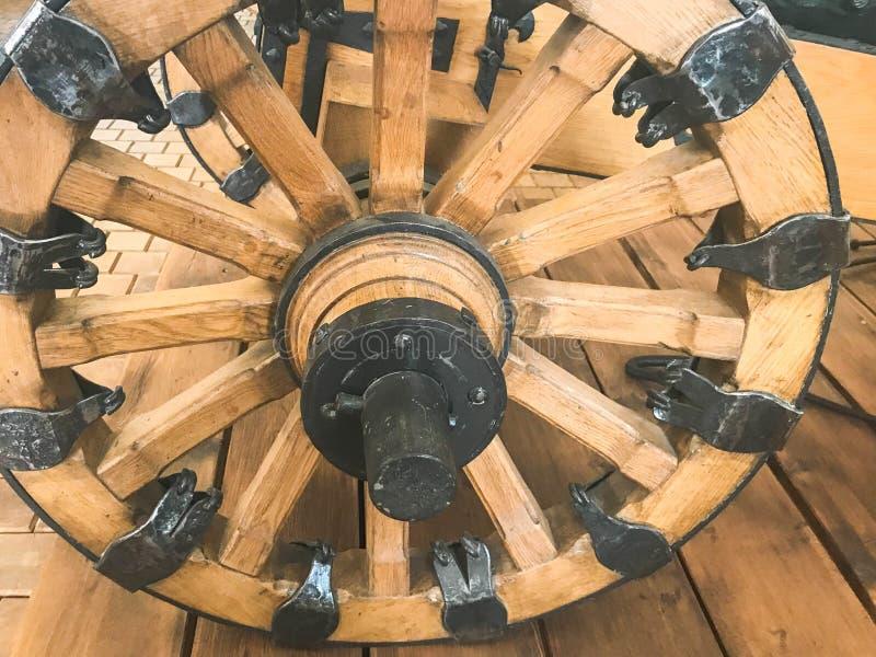 Una grande vecchia ruota antica da un trasporto, il vagone, carretto, giro medievale di legno con ferro ha forgiato le parti I ce immagine stock libera da diritti