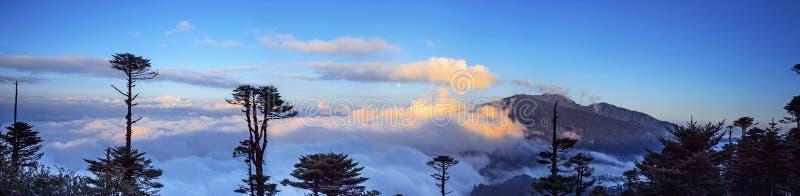 Una grande vista del mare delle nuvole sulla La di Thrumshing, il passo di montagna di 3750m, Bhutan orientale fotografia stock libera da diritti