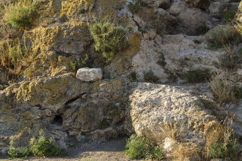 Una grieta en el fragmento de la roca imagen de archivo