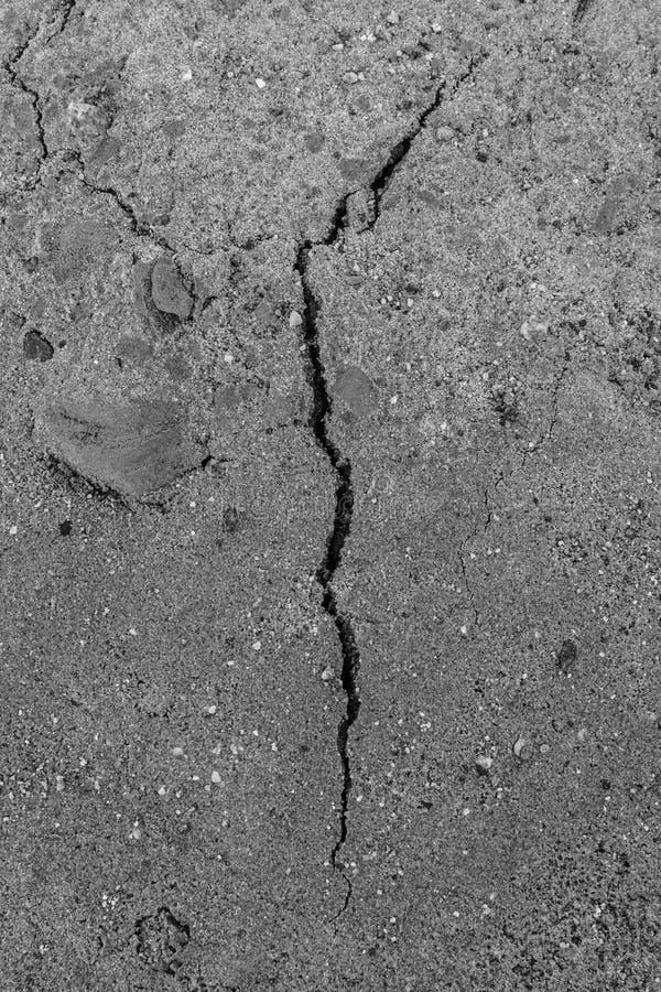 Una grieta vertical en la arena mojada imagen de archivo libre de regalías