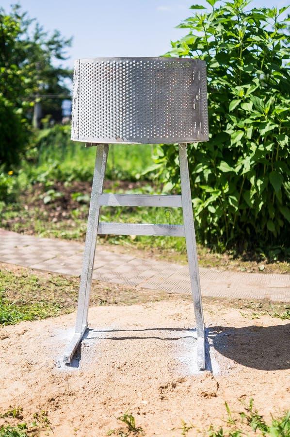 Una griglia casalinga del barbecue da un tamburo da una vecchia lavatrice nella regione di Kaluga di Russia immagine stock