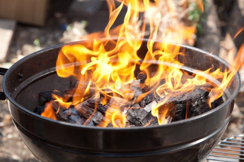 Una griglia con carbone di legna immagini stock libere da diritti