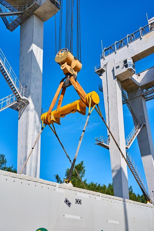 Una gru enorme del porto di multi-tonnellata solleva e scarica il carico immagine stock libera da diritti