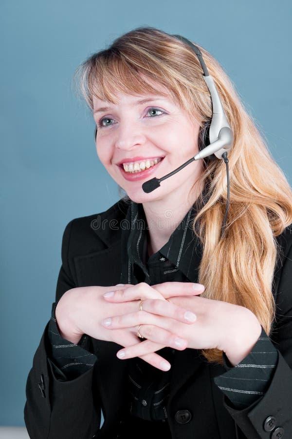 Una hembra sonriente que contesta al teléfono foto de archivo