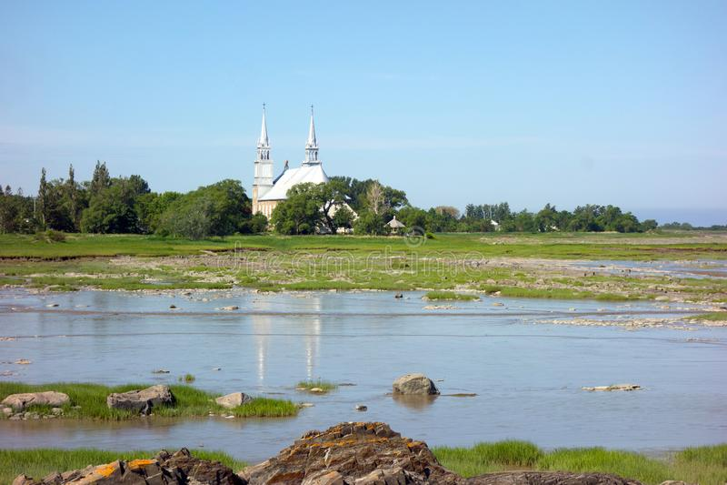 Una hermosa iglesia antigua con campanarios como se ve en Nueva Brunswick en primavera fotografía de archivo libre de regalías