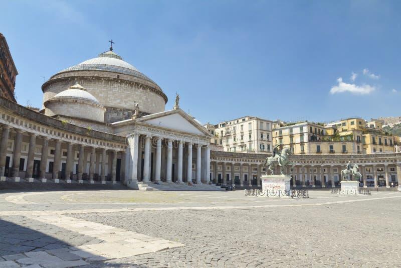 Una hermosa vista de Piazza del Plebiscito en Nápoles fotos de archivo