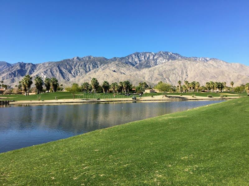 Una hermosa vista de un campo de golf rodeado de montañas en Palm Springs, California, Estados Unidos imagen de archivo