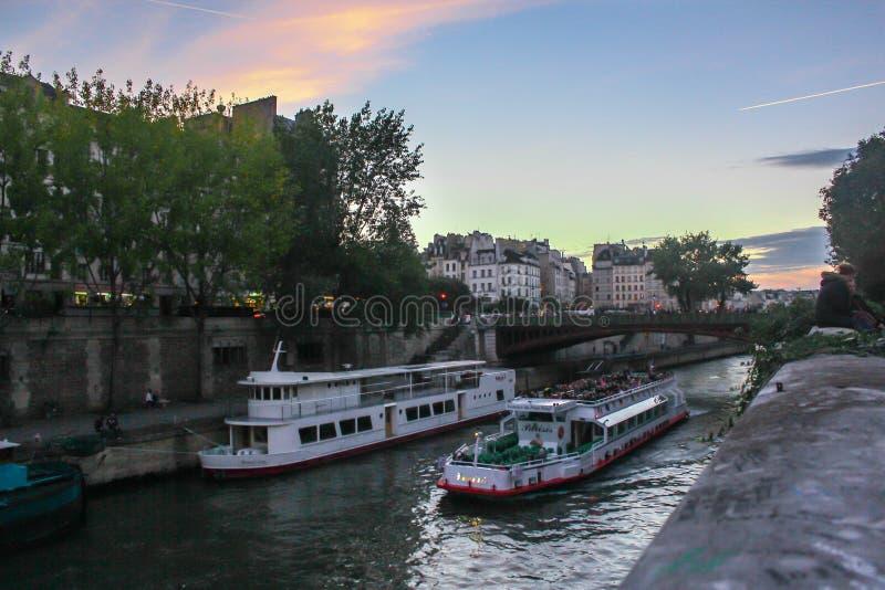 Una hermosa vista en el Notre-Dame de Paris próximo de río Sena foto de archivo libre de regalías