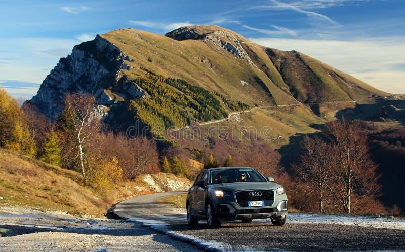 Una hermosa vista se abre sobre las montañas foto de archivo