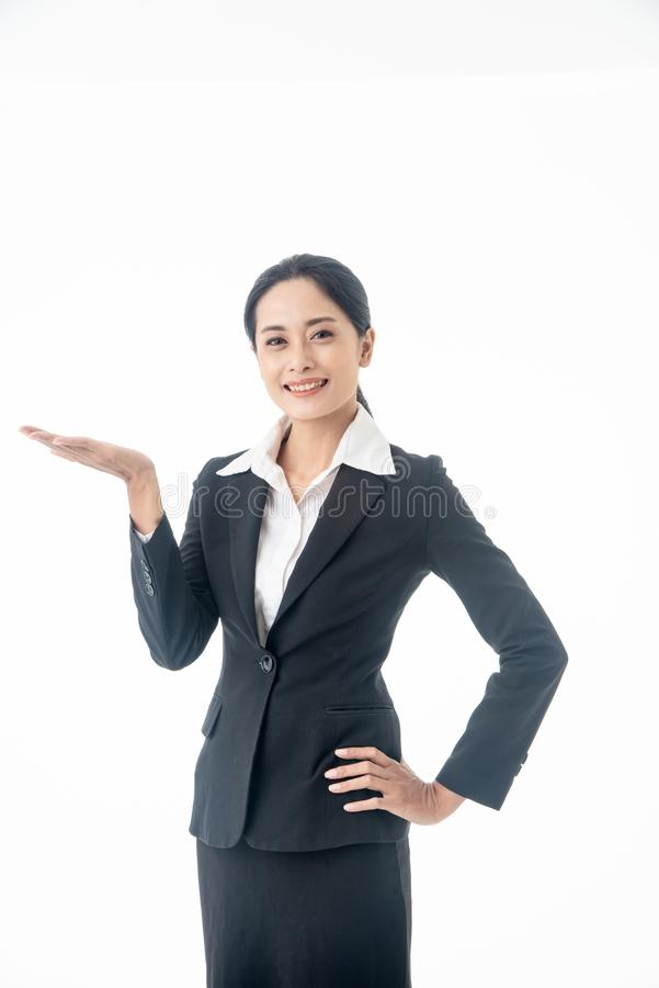 Una hermosa y joven empresaria asiática, con el pelo largo y traje negro, es la ejecutiva o gerente de fondo blanco foto de archivo