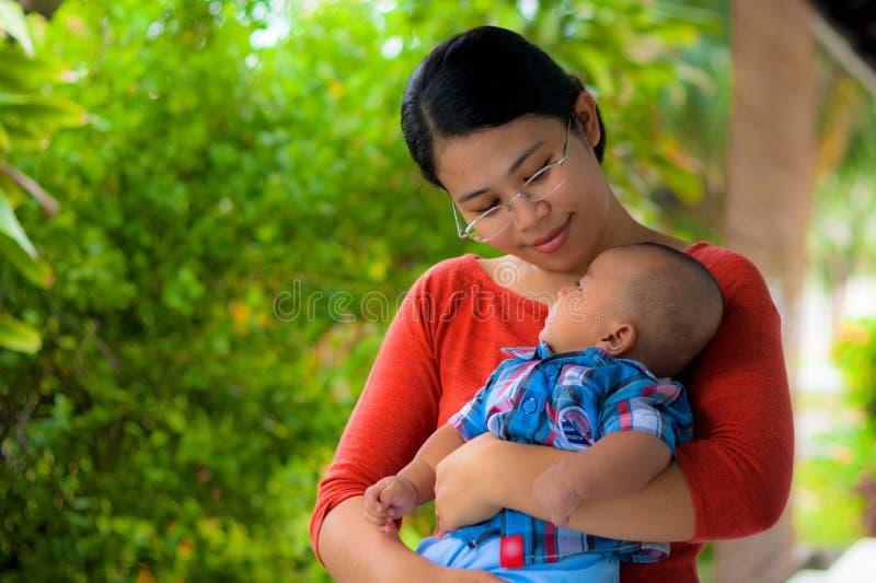 Una holding della madre il suo bambino con amore. immagine stock libera da diritti