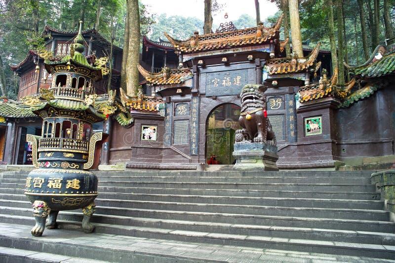 Una hornilla de incienso delante del templo fotografía de archivo libre de regalías