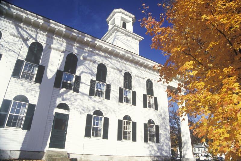 Una iglesia de la ciudad en un día del otoño en Newfane Vermont fotografía de archivo