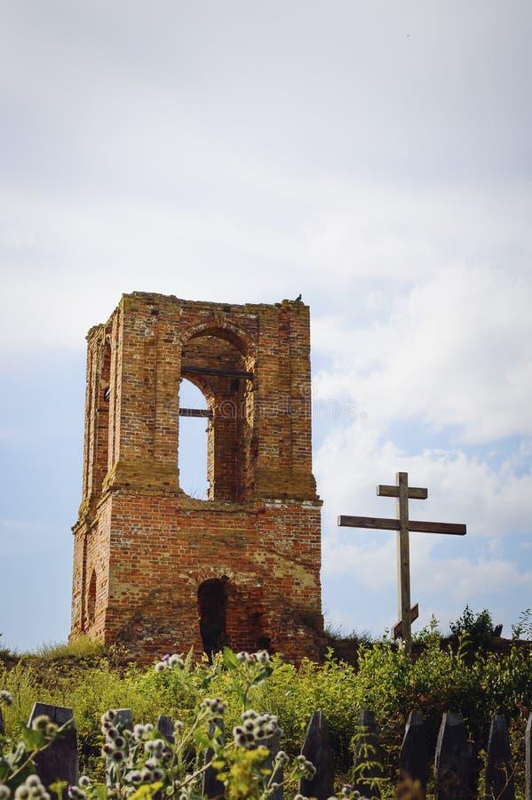 Una iglesia destruida vieja y una cruz de madera Fondo hermoso fotos de archivo