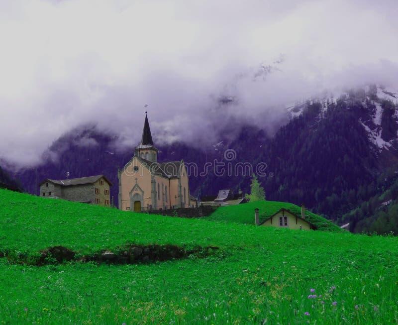 Una iglesia en las monta?as suizas fotografía de archivo